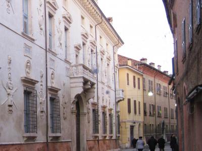 27. Palazzo Bevilacqua Costabili, sede del dipartimento di Economia e Management. 2